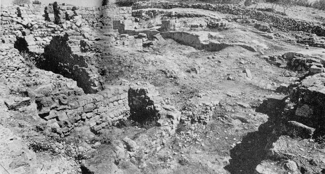 Illés próféta idejében Aháb uralkodott Izraelben, akinek a felesége a szidóni király, Etbaal lánya, a főníciai Jézabel volt. Az egykori samáriai királyi palota romjait a Kr. e. első századokban épült  augustusi templom feltárása során találták meg