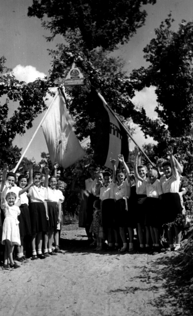 Nyilvános ifjúsági konferenciák a Horthy-korszakban. Figyelemre méltó, hogy ezeket egyáltalán megrendezhették. A nemzeti jelképek szerepeltetése nem puszta kényszerű formaság, a baptista hitnek éppoly eleme volt a hazaszeretet ebben a korszakban, mint bármely más felekezet tanításának és vallásosságának. (Baptista Levéltár)