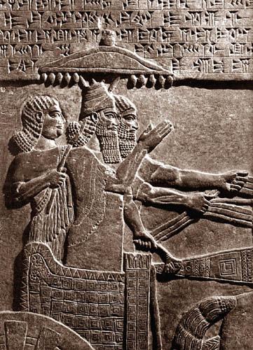 """""""Pekah uralkodása idején tört be Izrael területére seregével Tiglat-Pileszer, Asszíria királya... Az elfoglalt területek lakóit pedig elhurcolta Asszíriába"""". (2Kir 15,29) Az ie. 730-ból származó nimrudi reliefen III. Tukulti-apil-Ēsarra látható kocsizás közben. A király mögött álló eunuch védőernyőt tart az uralkodó fölé, a kocsis pedig irányítja a harci kocsit. A felemelt kezek a győzelem gesztusát jelentik (Forrás: http://www.ancientreplicas.com/king-chariot.html)"""
