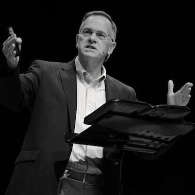 Dr. Chris Wright A cambridge-i egyetemen szerzett teológiai doktorátust. John Stott közeli tanítványa egészen annak 2011-es haláláig. 2001-ben nevezik ki a sokrétű szolgálatot összefogó Langham Partnership szervezet nemzetközi igazgatójává. Elismert író, korszakalkotó munkája a 2007-ben egy neves amerikai keresztény magazin által az év könyvének választottThe Mission of God.Felszentelt anglikán lelkész, a korábban Stott által pásztorolt All Souls Church egyik lelkésze. Szakterülete az Ószövetség és annak kapcsolata a keresztény misszióval és etikával.